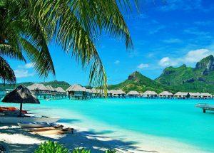 Сейшелы — это места, которые нужно обязательно посетить хотя бы раз, насладиться видом кажущейся просто бесконечной водной глади, на которой, как жемчужины, раскинулись острова с белоснежными пляжами. Дикая природа и уникальная экология, спокойствие и подводный мир - вот что всегда будет визитной карточкой этих мест. Лучшее время для посещения страны Климат на Сейшелах тропический, влажный, но при этом смягченный океаном. Температура в течение года изменяется не сильно и колеблется от +24°С до +31°С. Купаться на островах можно все 365 дней в году, температура воды почти всегда около +25°С. С ноября по апрель здесь низкий сезон. Ночами идут сильные ливни, на море может быть шторм. Влажность резко повышается и переносится гораздо труднее, чем в другие месяцы года. Многие туристы, которые стремятся сэкономить, приезжают на отдых на Сейшельские острова именно в это время. Высокий сезон начинается в конце весны и заканчивается в середине осени, температура моря и воды не сильно отличается от низкого сезона. Из-за отсутствия осадков море гораздо чище, а влажность воздуха минимальна, поэтому в это время лучше всего приезжать сюда на отдых с детьми. Острова и курорты Сейшелы — это более сотни островов, разбросанных в океане. Даже сейчас не все из них заселены, а на некоторых до сих пор остается нетронутая природа. Маэ считается самым большим островом. На нем расположен аэропорт и столица страны. Вокруг острова около семидесяти пляжей, в западной его части более спокойно и много дорогих отелей. Интересно прогуляться по национальному заповеднику, также можно посетить одну из чайных плантаций. На остров Праслен многие молодожены приезжают, чтобы отпраздновать свадьбу. Здесь такие же красивые пляжи, как и на острове Маэ, но народу меньше, поэтому гораздо тише и спокойнее. Остров Ла Диг, значительно меньше предыдущих и по своему размаху скорее напоминает не город, а небольшую деревню. Тут все гораздо проще, но зато и цены ниже. Остров Лан Диг популярен у туристов, ищущих бюджетн