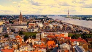 Старушка Латвия, встречай! Голосистый КиВиН и теплый берег Балтийского моря.